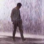 Nên chạy hay đi chậm dưới mưa để bị ướt ít nhất?