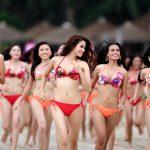 Hoa Hậu Hoàn Vũ VN mặc bikini khoe thân hình nóng bỏng trên bờ biển